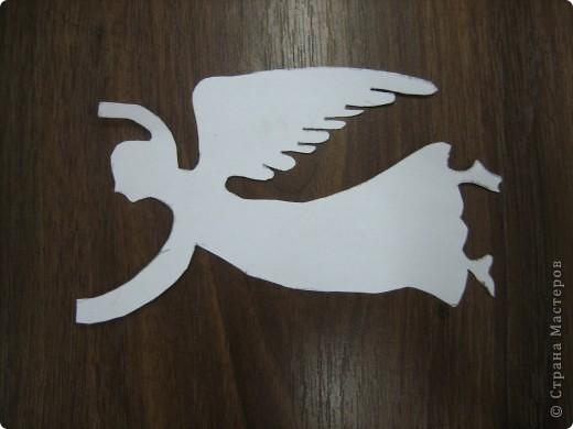 """Таких ангелов можно сделать очень быстро. делаются легко. Лист бумаги складывается вдвое. Обводится шаблон ангела. Вырезается. ВЫВОРАЧИВАЕТСЯ на """"изнанку (чтоб сгиб бумаги был округлым). Туловище склеивается, а нимб, крылья и руки остаются не склеенными. фото 3"""