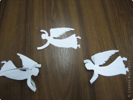 """Таких ангелов можно сделать очень быстро. делаются легко. Лист бумаги складывается вдвое. Обводится шаблон ангела. Вырезается. ВЫВОРАЧИВАЕТСЯ на """"изнанку (чтоб сгиб бумаги был округлым). Туловище склеивается, а нимб, крылья и руки остаются не склеенными. фото 2"""