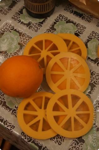 Ну вот и я наконец-то сделала мыло-арбуз с люфой и мыло-апельсин. Пришлось конечно повозиться, проблема с подборкой  баночек нужного диаметра, апельсин вообще заливался в 3 приема, так что не судите строго, получилось то, что получилось))) фото 6