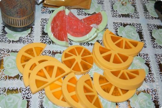 Ну вот и я наконец-то сделала мыло-арбуз с люфой и мыло-апельсин. Пришлось конечно повозиться, проблема с подборкой  баночек нужного диаметра, апельсин вообще заливался в 3 приема, так что не судите строго, получилось то, что получилось))) фото 2