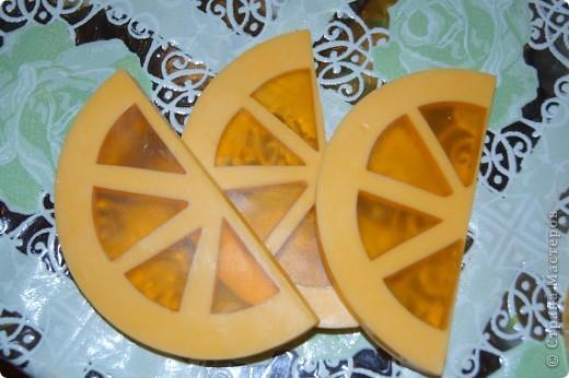 Ну вот и я наконец-то сделала мыло-арбуз с люфой и мыло-апельсин. Пришлось конечно повозиться, проблема с подборкой  баночек нужного диаметра, апельсин вообще заливался в 3 приема, так что не судите строго, получилось то, что получилось))) фото 3