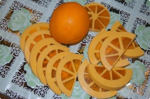 Ну вот и я наконец-то сделала мыло-арбуз с люфой и мыло-апельсин. Пришлось конечно повозиться, проблема с подборкой  баночек нужного диаметра, апельсин вообще заливался в 3 приема, так что не судите строго, получилось то, что получилось))) фото 4