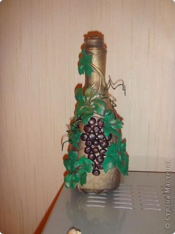 Бутылка под вино, обтянута кожей, виноград, листья и усики-тоже всё кожа. фото 1