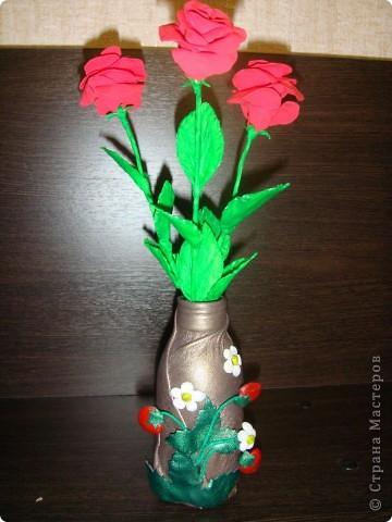 вот первый раз работала с пластикой, очень понравилось, успокаивает.... А дочь сделала вазочку (бутылочка из под сока обтянута кожей, клубника тоже кожа)для моих роз