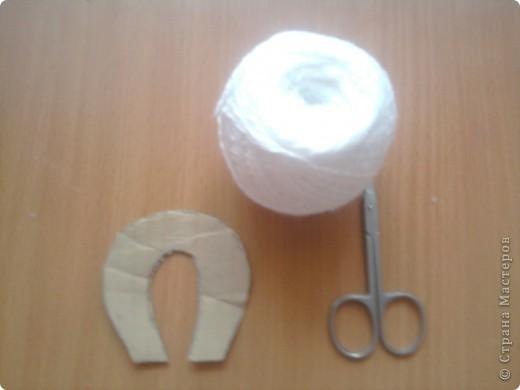 начинаем изготовление помпона. для этого нужна картонная заготовка ( ввиде подковы) ножницы, пряжа. фото 1