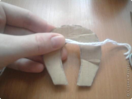 начинаем изготовление помпона. для этого нужна картонная заготовка ( ввиде подковы) ножницы, пряжа. фото 2