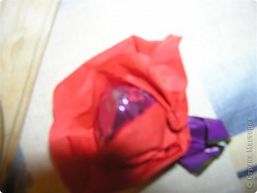 """В доме появились красивые конфеты, а вот материала для декора букета """"кот наплакал"""". Есть только гофрированная бумага и салфетки, нет ни крафт-бумаги, ни скотча, в общем ничего, а букет """"загорелось"""" сделать. И здесь я вспомнила про МК миллиона роз ТП http://stranamasterov.ru/node/48996?tid=451 фото 7"""