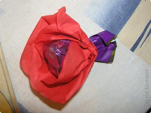 """В доме появились красивые конфеты, а вот материала для декора букета """"кот наплакал"""". Есть только гофрированная бумага и салфетки, нет ни крафт-бумаги, ни скотча, в общем ничего, а букет """"загорелось"""" сделать. И здесь я вспомнила про МК миллиона роз ТП http://stranamasterov.ru/node/48996?tid=451 фото 8"""