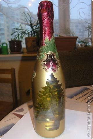 """Ну вот наконец-то я добралась до обратного декупажа. Просто все совпало: салфетка с елкой, прозрачная бутылка """"Огни Москвы"""", дочки старую новогоднюю открытку разорвали, но поздравление уцелело, еще и встала вчера в пять утра, все спят времени хоть отбавляй. и вот, что из этого вышло. фото 1"""