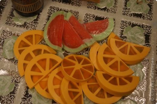 Ну вот и я наконец-то сделала мыло-арбуз с люфой и мыло-апельсин. Пришлось конечно повозиться, проблема с подборкой  баночек нужного диаметра, апельсин вообще заливался в 3 приема, так что не судите строго, получилось то, что получилось))) фото 1