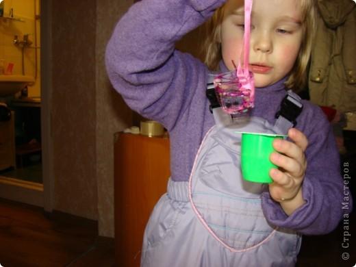 заморозили в стаканчике воду, получились игрушки  для елочки на улицу