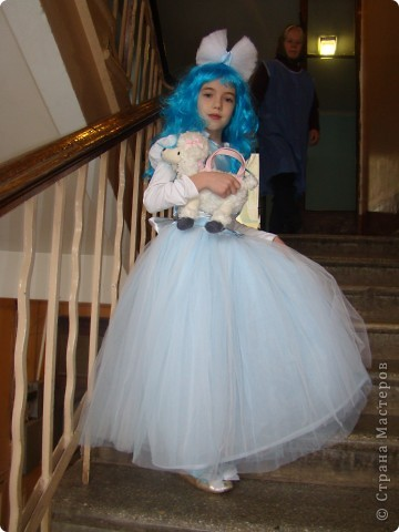 В этом году моя доченька была Мальвиной. Парик и блузочка - покупные, а все остальное шила и делала сама. фото 2