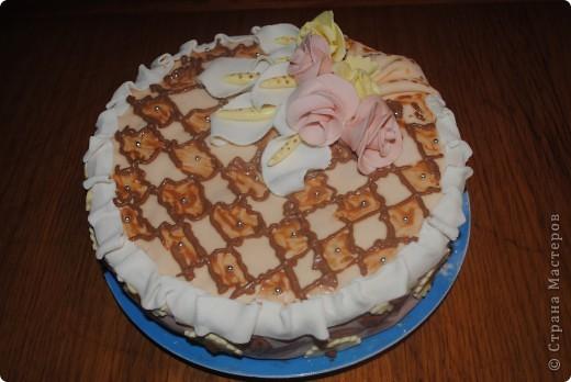 Бисквитный торт. Мастика из маршмеллоу. Крем творожно-клубничный и шоколадный. Коржи простой бисквит и шоколадный бисквит. Пропитка малиновым вареньем)