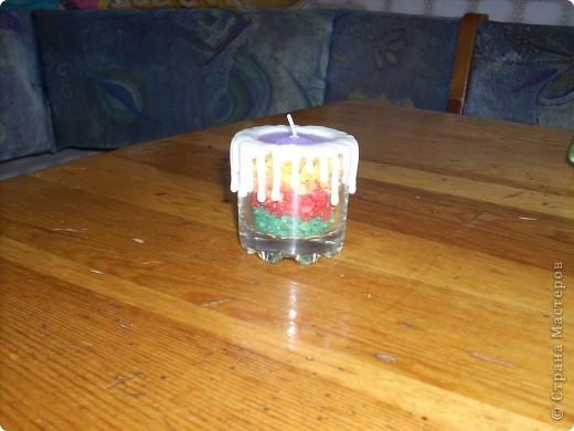"""недавно увидела в магазине совсем простенькие рюмочки и пришла в голову мысль сделать из них подарочные свечки, вышло как говорят """"дёшево и сердито"""", 5р. рюмочка, 2р. свечка-таблетка, 3р. соль для ванн, ну и где-то рубля 3клей; в рюмочку насыпала на 2/3 соли, поставила свечку  пространство по краям засыпала солью, потом подумала что при таком раскладе соль будет высыпаться, где-то у мастериц видела использование клей пистолета, решила попробовать и вот что из этого получилось... фото 2"""