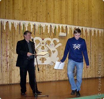 Огромное спасибо OLGA15 http://stranamasterov.ru/node/120847 за этих замечательных зайцев! Ими украшен актовый зал нашей школы! Это при обычном свете, а при неоновом вообще шикарно смотрится! фото 6