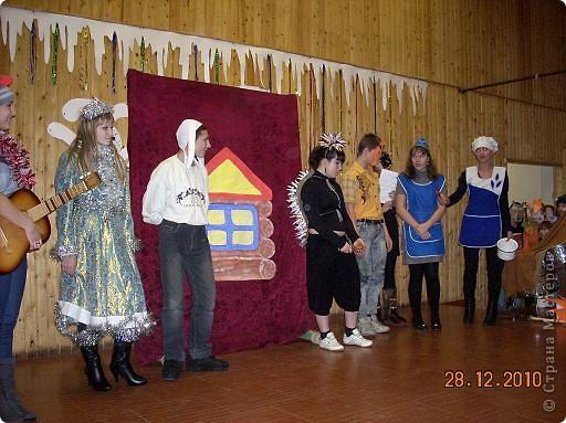 Огромное спасибо OLGA15 http://stranamasterov.ru/node/120847 за этих замечательных зайцев! Ими украшен актовый зал нашей школы! Это при обычном свете, а при неоновом вообще шикарно смотрится! фото 9
