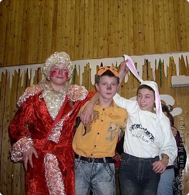 Огромное спасибо OLGA15 http://stranamasterov.ru/node/120847 за этих замечательных зайцев! Ими украшен актовый зал нашей школы! Это при обычном свете, а при неоновом вообще шикарно смотрится! фото 13