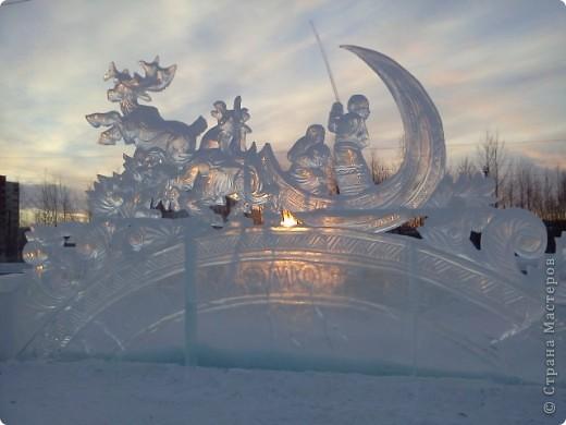 Вот такую красоту к Новому году вырезали изо льда мастера своего дела. Украшение площади,где стоит главная елка г.Стрежевого. Ночью с разноцветной подсветкой-зрелище волшебное.