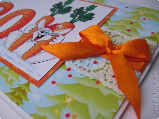 Приветик!!!  Сегодня покажу еще одну открытулю, сделанную для друзей. Картинка, взятая для открытки, у нас в городе весьма популярна. Даже на пакетах из супермаркета такие рисунки. Но от этого она не перестала нравиться мне меньше.  Вот он, мой новогодний зайка: фото 2