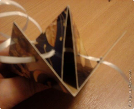 Вот такие коробочки я сделала для мини подарков, а может и нет. Можно увеличить или уменьшить коробочку в зависимости от размера шаблона. Коробочку эту я нашла где-то на просторах Инета, но не могу вспомнить где. По пямяти я восстановила шаблон (см. ниже) Может кому пригодится  фото 6