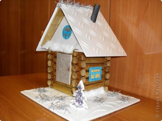 «Домик Деда Мороза». Новогодняя поделка материалы: деревянные бревнышки, пенопластовая потолочная плитка, картон, мишура, вата, гуашь, фанера, клей   фото 1