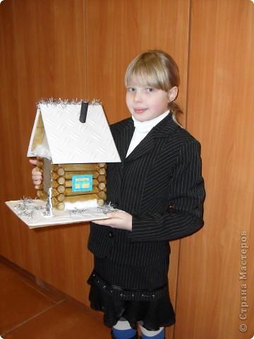 «Домик Деда Мороза». Новогодняя поделка материалы: деревянные бревнышки, пенопластовая потолочная плитка, картон, мишура, вата, гуашь, фанера, клей   фото 2