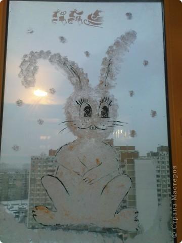 """вот такая """"лапочка"""" живёт у на на окне со вчерашнего вечера))) нарисован зубной пастой (методом """"чпокания"""" губкой)+ глаза, нос, морковка (гуашь). это конечный результат фото 3"""