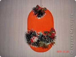 Вот такой новогодний тапочек. в него можно вставит новогодние открытки подаренные вам, или конфеты. фото 1