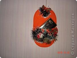 Вот такой новогодний тапочек. в него можно вставит новогодние открытки подаренные вам, или конфеты. фото 2