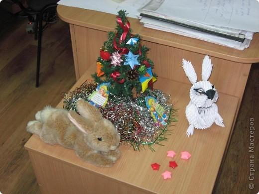 Здравствуйте! Поздравляю всех с наступающим Новым годом!  Увидела в Стране мастеров очаровательного белого кролика, которого сделала Бригантина, и захотелось сделать такого же. Вот что у меня получилось. Тапками не закидывайте, я в модульном оригами новичок. Этот кролик - моя первая работа.  Хочу отдельно поблагодарить Бригантину за предоставленную схему сборки кролика. Кстати, ее можно посмотреть вот по этой ссылке: https://stranamasterov.ru/node/115365?c=favorite фото 3
