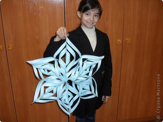 Вот такую снежинку сделала Катюша для украшения зала к новогоднему празднику. фото 1