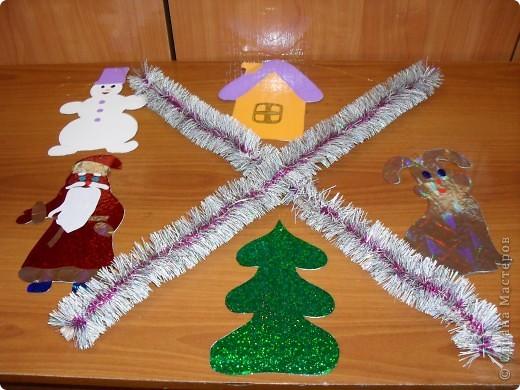 «Новогодняя подвеска». Новогодняя поделка Материалы: деревянные рейки, новогодняя мишура, голографическая самоклеющаяся фольга, проволока, цветная самоклеющаяся пленка  фото 1