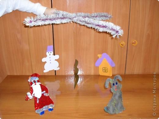 «Новогодняя подвеска». Новогодняя поделка Материалы: деревянные рейки, новогодняя мишура, голографическая самоклеющаяся фольга, проволока, цветная самоклеющаяся пленка  фото 2