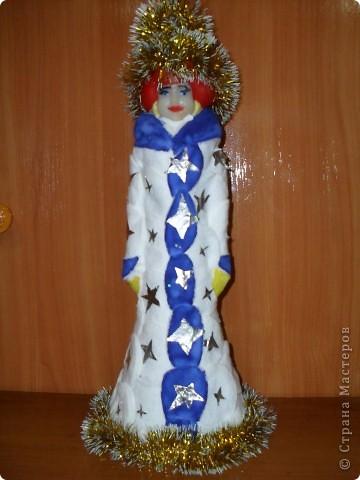 «Новый наряд Снегурочки». Новогодняя поделка Материалы: пластмассовая кукла Снегурочка, ватные диски, фольга, мишура, клей, гуашь.   фото 1