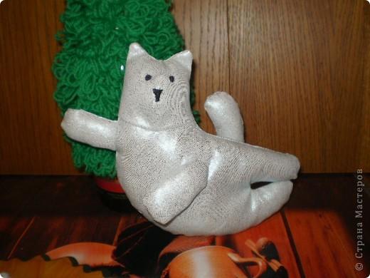 И я поддалась соблазну сделать елочку своими руками и связала крючком петлями елку,А что бы было веселее сшила Тильдо-девушку,Тильдо-кота...ну и зайку связала--получился хоровод! фото 2