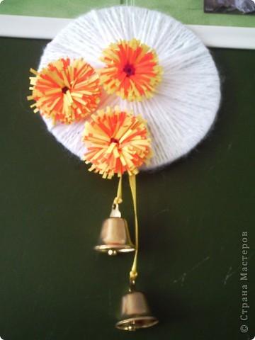 Это моя фантазия.  Колокольчики остались от 1 сентября. Цветочки - со Дня матери. Пряжа есть всегда. Диск пришёл в негодность. Ну, как тут не создать такую вот поделку?! фото 1