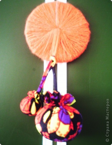Это моя фантазия.  Колокольчики остались от 1 сентября. Цветочки - со Дня матери. Пряжа есть всегда. Диск пришёл в негодность. Ну, как тут не создать такую вот поделку?! фото 3