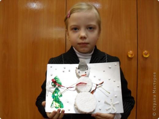 «Снеговик и Ёлочка». Новогодняя поделка Материалы: пенопласт, цветной картон, ватные диски,  голографическая упаковочная бумага, ленточки, ткань, гуашь  фото 2