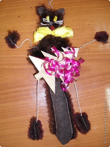 «А у меня символ года – кот!».  Новогодняя поделка  Материалы: искусственный мех, картон, желтая атласная лента, клей, лента от подарочной упаковки, нитки для штопки  фото 1