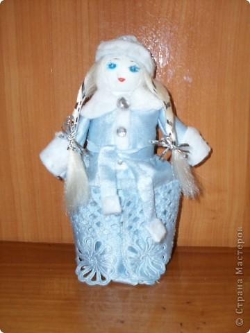 «Снегурочка». Новогодняя поделка Материалы: ткань, вата, пуговицы, прядка синтетических волос, ленточка   фото 1