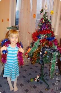 С Новым годом поздравляю Много счастья вам желаю Чтобы Дедушка Мороз Мешок радости принес А второй мешок со смехом Ну а третий пусть с успехом Свою печаль, свою тоску Сложите вы в мешок к нему пусть все он это соберет и в лес с собою унесет! фото 2