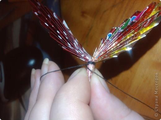 Сейчас наступают Новогодние праздники и конечноже будет море конфет,а фантики блестящие и красивые выбрасывать жалко,вот и решила я сделать МК по бабочкам из фантиков как в детстве фото 6