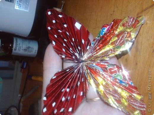 Сейчас наступают Новогодние праздники и конечноже будет море конфет,а фантики блестящие и красивые выбрасывать жалко,вот и решила я сделать МК по бабочкам из фантиков как в детстве фото 7