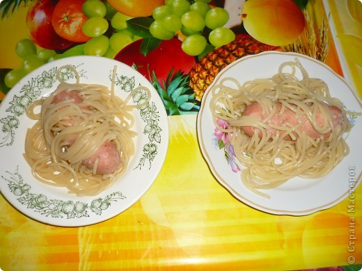 Для одной порции надо взять 1 сосиску и таким образом проколоть её спагетти. фото 3