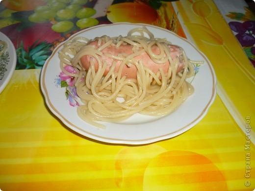 Для одной порции надо взять 1 сосиску и таким образом проколоть её спагетти. фото 4