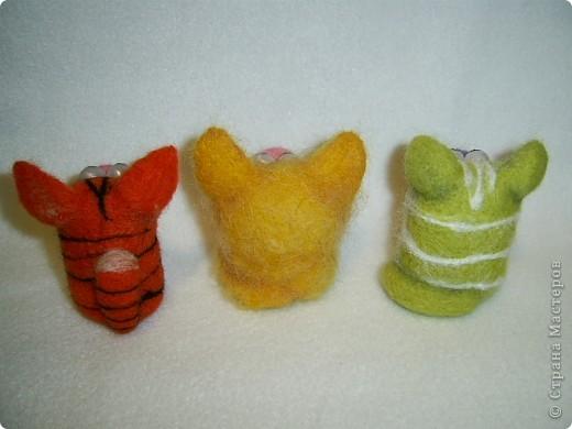 У меня навалялись такие вот котейки, они тоже подарки, я не успевала сделать то , что я задумала в подарок. вот хоть котиков успела свалять))) Надеюсь понравятся. фото 2