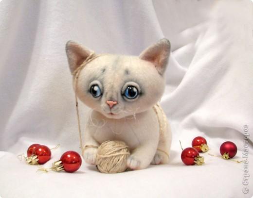 Маленький котенок, нашел себе клубочек, и абсолютно уверен, что это мышка-непоседа)) фото 2