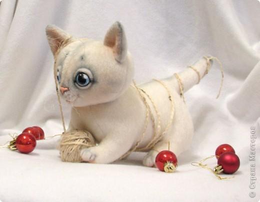 Маленький котенок, нашел себе клубочек, и абсолютно уверен, что это мышка-непоседа)) фото 3