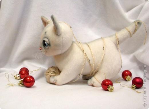 Маленький котенок, нашел себе клубочек, и абсолютно уверен, что это мышка-непоседа)) фото 4