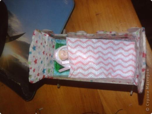 Дочке сегодня подарили Барби с детками вот она и попросила сделать ей кроватку для пупсов. Для работы понадобился картон,клей,шаблоны самой кроватки и кусочки ткани для простынки подушечки и одеяло фото 1